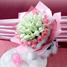 50 Roses (25 White 25 Peach) Handbouquet