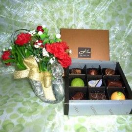"""Enlarge Picture Tell A Friend """"Elovela"""" Gourmet (Fresh)Chocolate 9 pcs With Artificial Flowers"""