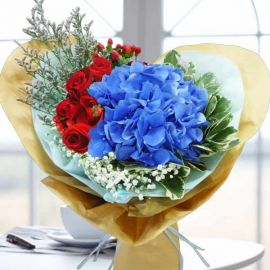 Blue Hydrangeas Handbouquet Heart-Shape Wrapping